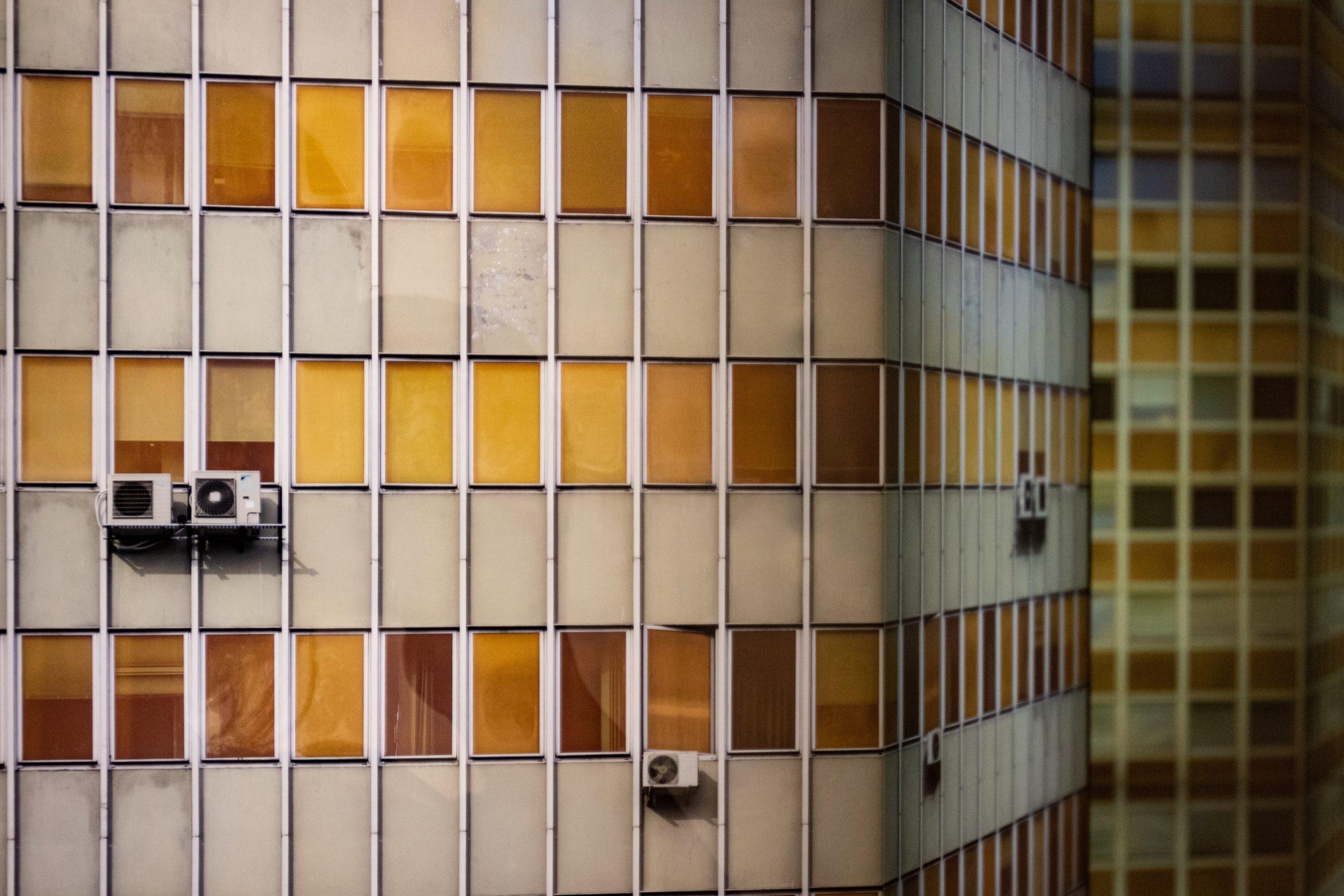 Instalacja klimatyzacji w bloku – na co zwrócić uwagę?
